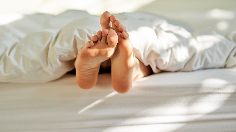 Gerade in Betten tummeln sie sich besonders gerne: Hausstaubmilben.